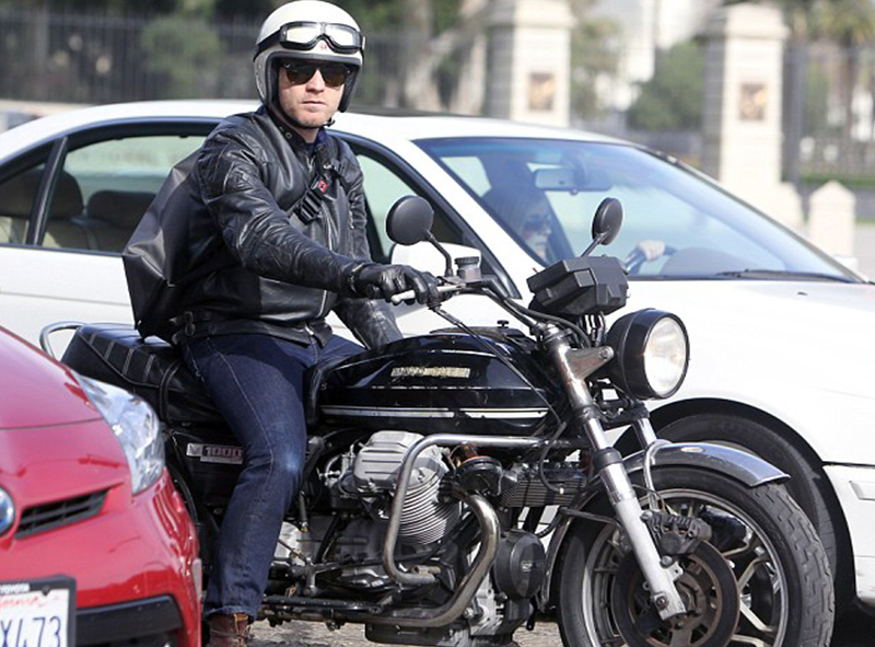 259047B700000578-2949353-Biker_Ewan_McGregor_was_spotted_in_Los_Angeles_on_Tuesday_with_h-m-1_1423685331299